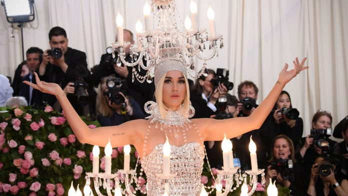 HORRIBLE: Katy Perry Dresses as a Chandelier to the Met