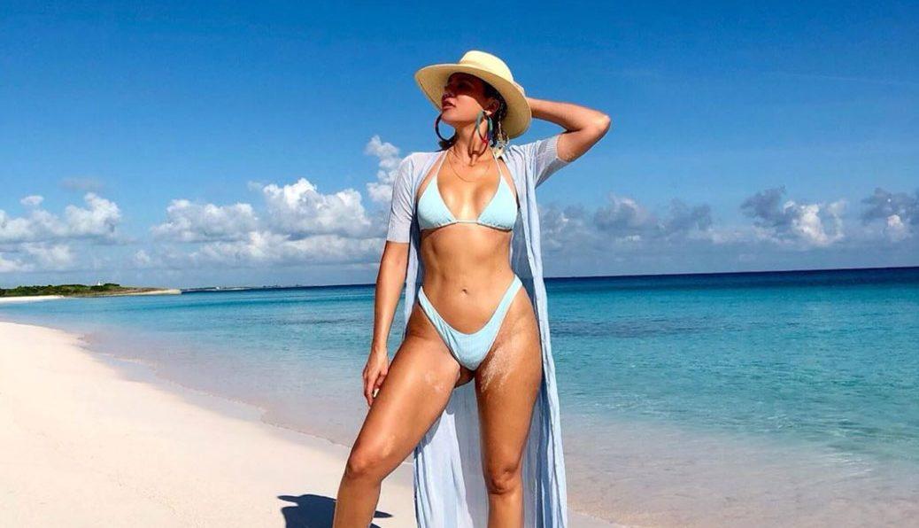 Khloe Kardashian Shows Off TIGHT ABS in New Beach Photo