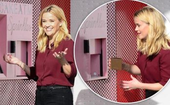Reese Witherspoon Orders From a Cupcake ATM!